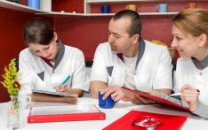Trois infirmiers en formation